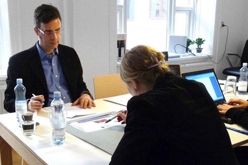 En test-person præsenteres for en papirprototype af et website.